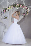 Невеста красоты в bridal мантии внутри помещения Стоковое Фото