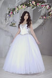 Невеста красоты в bridal мантии внутри помещения Стоковая Фотография RF