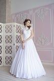 Невеста красоты в bridal мантии внутри помещения Стоковые Изображения RF