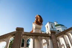 Невеста маленькой девочки в белом платье в стародедовском городе около templ Стоковые Фото