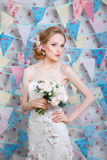 Невеста Молодая фотомодель с составляет, вьющиеся волосы, цветки в волосах Мода невесты фото ювелирных изделий способа красотки и Стоковые Изображения RF