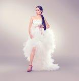 Невеста моды красоты молодая модельная в wedding белом платье Стоковые Фотографии RF