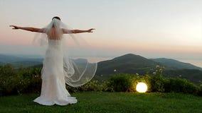 Невеста наслаждаясь заходом солнца видеоматериал