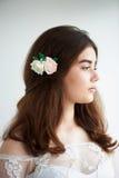 Невеста на белой предпосылке в белом платье шнурка красивейшая красотка естественная Светлый состав и свободные волосы естественн Стоковое фото RF