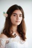 Невеста на белой предпосылке в белом платье шнурка красивейшая красотка естественная Светлый состав и свободные волосы естественн Стоковые Фото