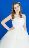 Невеста на голубой предпосылке усмехаться девушки Стоковая Фотография