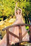 Невеста на мосте стоковое изображение rf