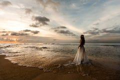 Невеста на пляже стоковое фото rf