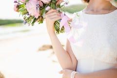 Невеста на побережье моря стоковые изображения