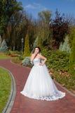 Невеста на прогулке в парке лета Стоковые Изображения RF