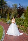 Невеста на прогулке в парке лета Стоковая Фотография