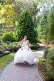 Невеста на прогулке в парке лета Стоковая Фотография RF