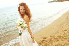 Невеста на пляже стоковые фотографии rf