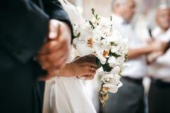 Невеста на свадебной церемонии в церков Стоковая Фотография