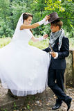 Невеста носит ковбойскую шляпу Стоковые Изображения