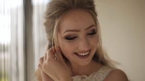 Невеста носит серьгу свадьбы сток-видео