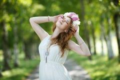 Невеста нося венок пионов танцуя в переулке Стоковые Изображения RF