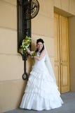 невеста около стены стоковые изображения rf