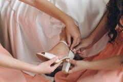 невеста одевая ногу обувает детенышей женщины Стоковая Фотография