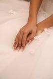 Невеста показывает ее делать руки стоковое изображение rf