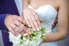 Невеста показывает обручальное кольцо Brideshows обручальное кольцо к друзьям Стоковые Фотографии RF