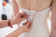 невеста поручает венчание шнурка корсета Стоковые Фотографии RF