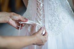 невеста поручает венчание шнурка корсета Стоковое фото RF