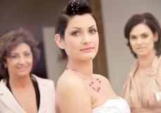 невеста посещаемости Стоковые Фото