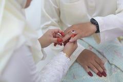 Невеста положила обручальное кольцо на руку groom Стоковое фото RF