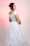 невеста представляя детенышей Стоковые Фотографии RF