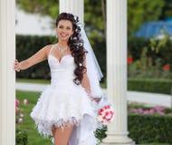 Невеста представляя смотрящ усмехаться камеры Стоковые Фотографии RF