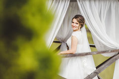 Невеста представляя на пристани на озере стоковые изображения
