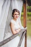 Невеста представляя на пристани на озере стоковая фотография