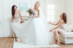Невеста при bridesmaids подготавливая для церемонии стоковое изображение rf