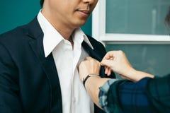 Невеста руки красивая молодая регулирует костюм бизнесмена Стоковая Фотография RF