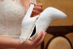 Невеста смотрит на ее ботинках свадьбы Стоковая Фотография RF