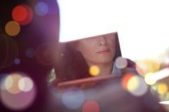 Невеста смотря в зеркале Стоковые Фото