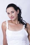 Невеста смотря ослабленный носящ ее мантию свадьбы Стоковые Фотографии RF