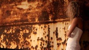 Невеста стоит рядом с ржавой стеной акции видеоматериалы
