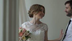 Невеста счастливо смеясь над видеоматериал