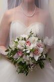 Невеста с букетом цветков стоковые фотографии rf