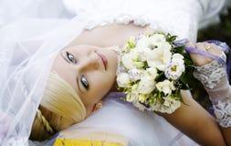 Невеста с букетом стоковое изображение