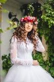 Невеста с венком стоковая фотография