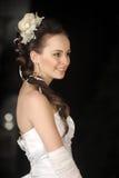 Невеста с волосами и цветком в ее волосах стоковые фото