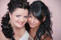 Невеста с ее милым bridesmaid в студии Стоковые Изображения