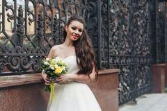 Невеста с желтым букетом Стоковая Фотография