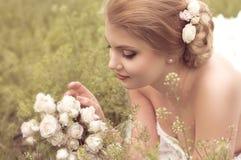 Невеста с стильным составом в белом платье Стоковое фото RF