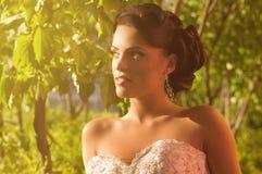 Невеста с стильным составом в белом платье Стоковые Фото