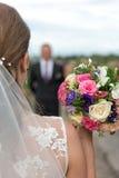 Невеста с bridal букетом в руках groom предпологает стоковые фотографии rf