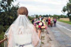 Невеста с bridal букетом в руках groom предпологает стоковое изображение rf